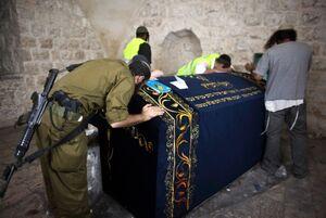 اهداف پشت پرده یهودیسازی مناطق مقدس/ ماجرای قبر «یوسف» و ادعای عجیب انتقال پیکر یوسفِ پیامبر