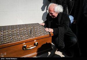 عکس/ اشکهای سیروس الوند بر پیکر برادرش