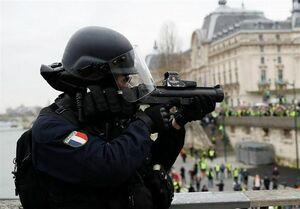 پلیسِ فرانسه با چه اسلحهای مردم را کور میکند؟ +عکس