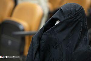 پوشش عجیب یک خانم در دادگاه حسین هدایتی