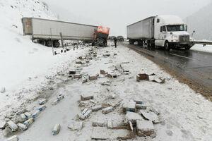 عکس/ گرفتار شدن خودروها در جادههای برفی