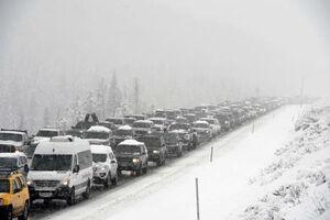 گرفتار شدن خودروها در جادههای برفی