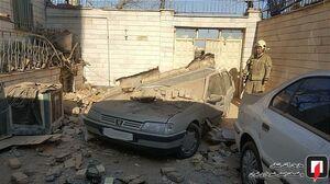 عکس/ ریزش آوار ساختمان بر روی خودرو