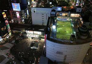 عکس/ زمین فوتبال روی پشت بام!