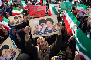 عکس/ سخنرانی روحانی در جمع مردم لاهیجان
