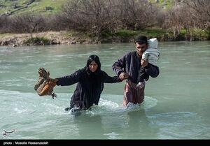 عکس/ کمکرسانی به مردمی که پُل عبور از رودخانه هم ندارند!