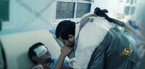 عکس/ بوسه رهبر انصارالله بر دستان یک مجروح جنگ یمن
