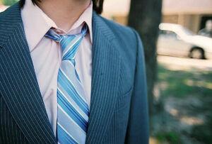 آیا استفاده از  «کراوات» در عروسی حرام است؟