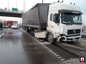 نشت گازوئیل کامیون در بزرگراه آزادگان تهران