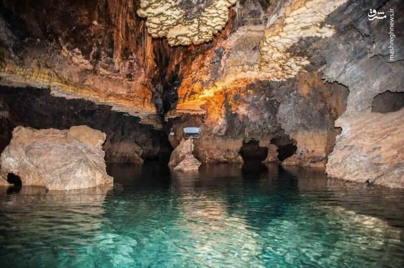 غار علیصدر بزرگترین غار آبی دنیاست. چرا اسمش علیصدر است؟ اهالی روستا از این غار بعنوان مخزن و «سد» در زمانهای گذشته استفاده میشد و در شناسنامه اهالی اسم غار علی سد است و از این رو نام آن از سال ۱۳۵۰ علیصدر گذاشته شد.