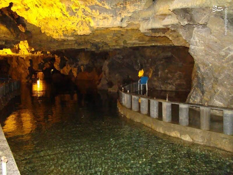 غار علیصدر که قدمت سنگهای آن به دوران ژوراسیک برمیگردد دارای ۲۱۰۰ متر ارتفاع از سطح دریاست. محوطه غار دالانهای پیچ در پیچ و دهلیزهای متعددی دارد. از مجموعه رشته آبها، دریاچه بزرگی در داخل غار بوجود آمده و از این رو  رفتن به میانه غار تنها با قایق امکانپذیر است از همین رو هم هست که غار علیصدر یکی از منحصربه فردترین هاست.                                   آدرس: علیصدر در ۷۵ کیلومتری شمال غربی همدان
