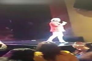 فیلم/ حادثه برای یک خواننده در اجرای زنده!