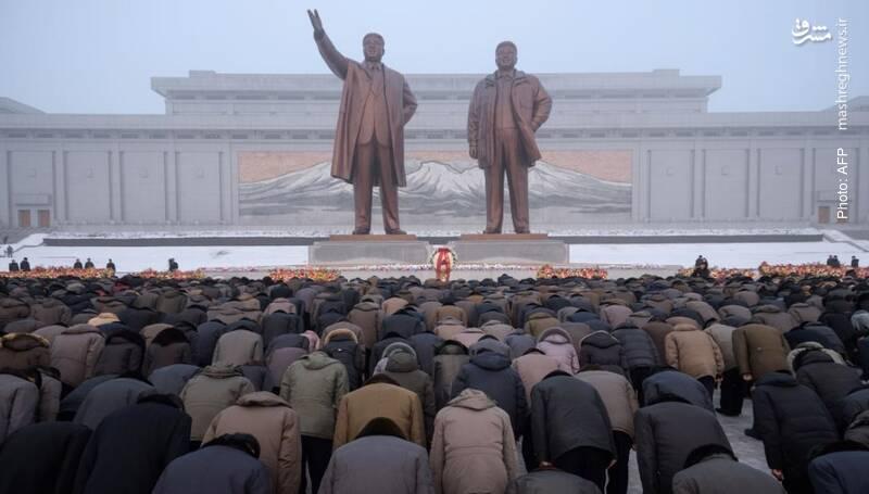 ادای احترام مردم کره شمالی به مجسمه کیم ایل سونگ و کیم جونگ اون، دو رهبر فقید آن کشور