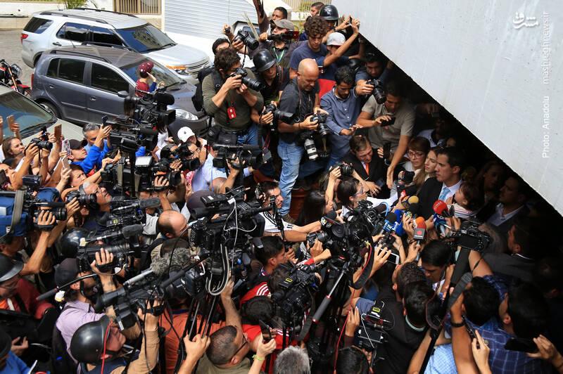 سخنرانی خوان گوایدو، رئیس جمهور خودخوانده ونزوئلا در حضور دهها رسانه در نزدیکی خانهاش