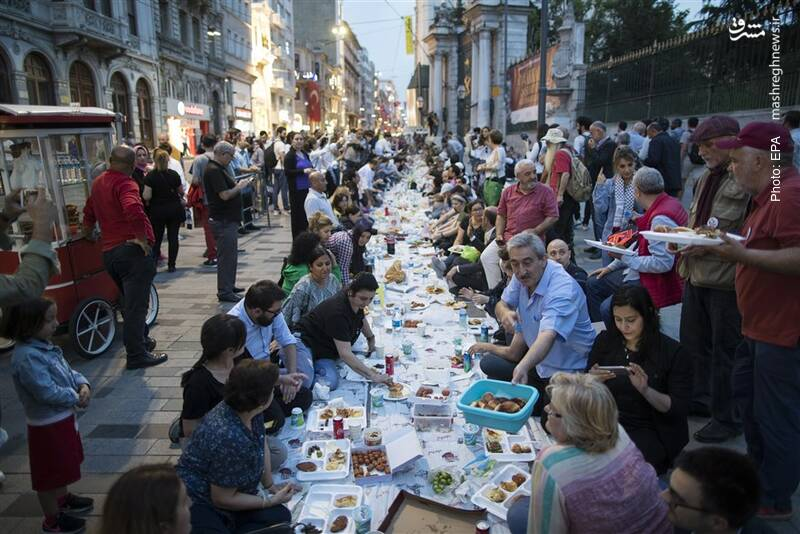 سفره خیابانی برای افطار در استانبول