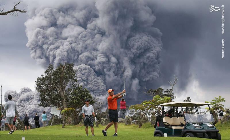تفریح مردم در هاوایی همزمان با تداوم فعالیت آتشفشان در این ایالت جزیرهای