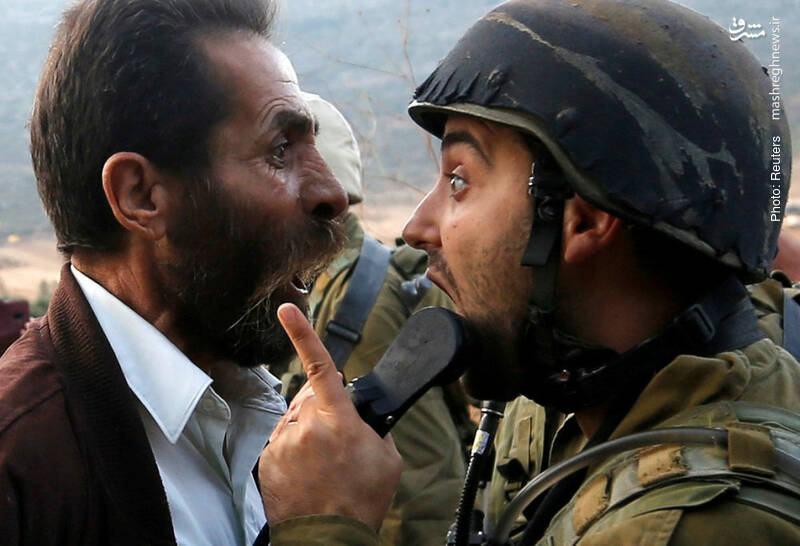 تصویری نادر از برخورد سرباز صهونیست با مرد فلسطینی. صهیونیستها معمولاً با استفاده از اسلحه گرم، خود را راحت میکنند!
