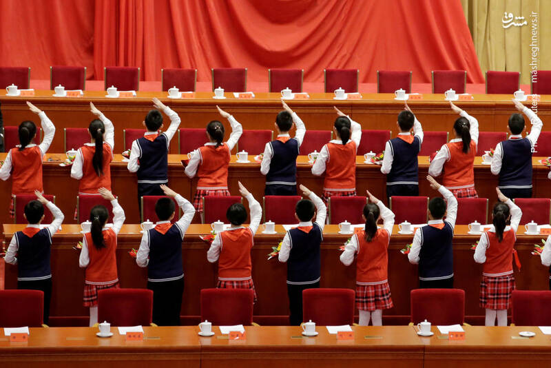 تمرین دانشآموزان پیش از برگزاری مراسم چهلمین سالِ آغاز اصلاحات اقتصادی در چین. اصلاحات یادشده مسیر کشور را با کنارگذاشتن بخشهایی از اندیشه مائو تغییر داد.