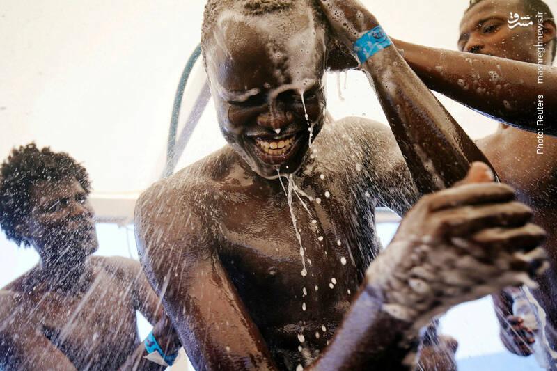حمام آوارگان سودانی در قایق نجات اسپانیایی در مدیترانه
