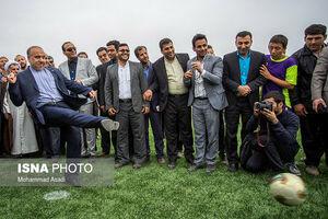 عکس/ وقتی آقای وزیر پا به توپ میشود!