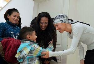 عکس/ استقبال اسماء اسد از خانواده سه شهید سوری
