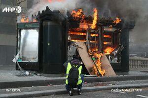 عکس/ کیوسک معروف شانزهلیزه در آتش سوخت!