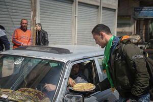 عکس/ توزیع شیرینی هلاکت صهیونیستها در فلسطین