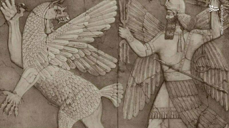 بر روی این سنگ نوشته؛ نقشی از  پیکره ی یک سرباز آشوری با کلاه خود و ماه وستاره در بالای سر آن در حالی که  تیری در دستش قرار دارد، وجود دارد. در قسمت پایینی این سنگ نبشته چندین  جمله با خطط میخی نوشته شده است.