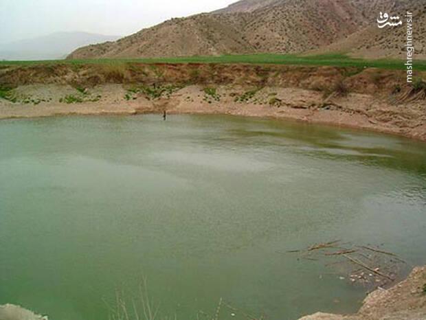 شکل این تالاب دایره ای است. این تالاب جز مناطق ییلاقی ایلام محسوب می شود.
