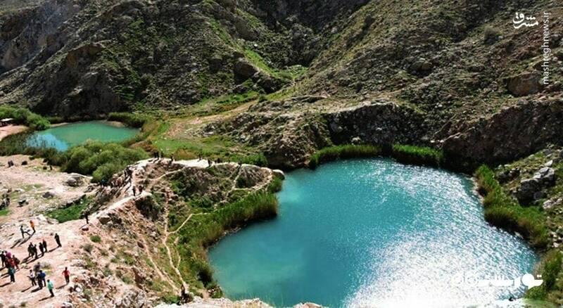دریاچه ی دو قلو از دو دریاچه ی سیاه گاو و آبدانان در نزدیکی شهرستان آبدانان واقع شده است و هر کدام از این دو دریاچه به دریاچه ی بالا و پایین دست تقسیم شده اند. عمق هر کدام به بیش از ۲۰ متر می رسد. این دو دریاچه توسط یک کانال ۱۰ متری به هم متصل شده اند.