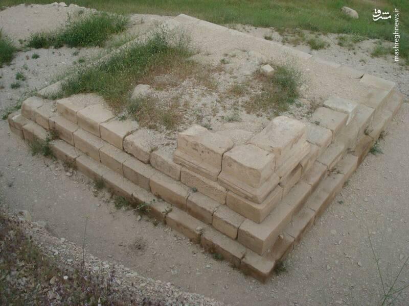این طاق عاشقانه و ادبی که به طاق شیرین و فرهاد معروف است، مربوط به دوره ی ساسانیان است. این طاق در ایلام، شهرستان ایوان، بخش زرنه، روستای چهل زرعی و تنگ کوشک قرار گرفته است. پیکره ی این بنا را طاقی از جنس سنگ و به شکل مربع ساخته شده است.