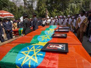 عکس/ تشییع جنازه قربانیان سقوط هواپیما در اتیوپی