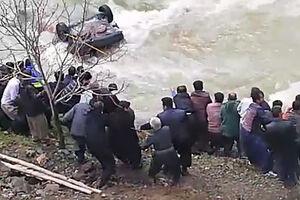 فیلم/ تلاش مردم برای نجات سرنشینان پراید!