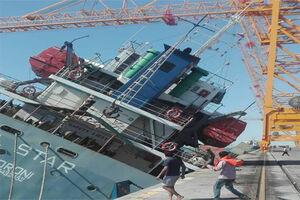 فیلم/ لحظه غرق شدن کشتی باری در بندرعباس
