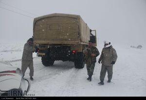 عکس/ نجات مسافران نوروزی توسط نیروهای ارتش