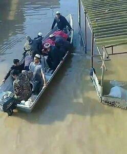 """عکس/ تشییع پیکر مادر شهید با قایق در """"آق قلا"""""""