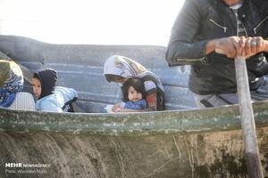 عکس/ انتقال زنان و کودکان با قایق در آق قلا