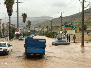 به علت بارش باران و جاری شدن سیل ورودی های شمال شیراز و دروازه قرآن مسدود شد.