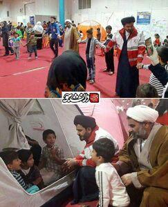 عکس/ امام جمعهای که همبازی کودکان سیل زده شد