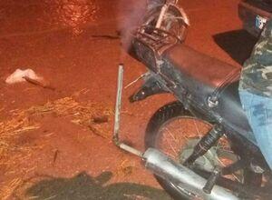عکس/ خلاقیت یک موتورسوار برای عبور از سیل