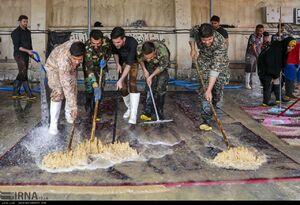 عکس/ شستشوی رایگان فرش برای سیل زدگان