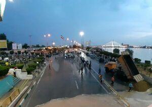 عکس/ تلاش برای جلوگیری از ورود سیلاب به جاده ساحلیِ اهواز