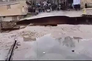 فیلم/ تجمع خطرناک مردم کنار پل در حال ریزش!