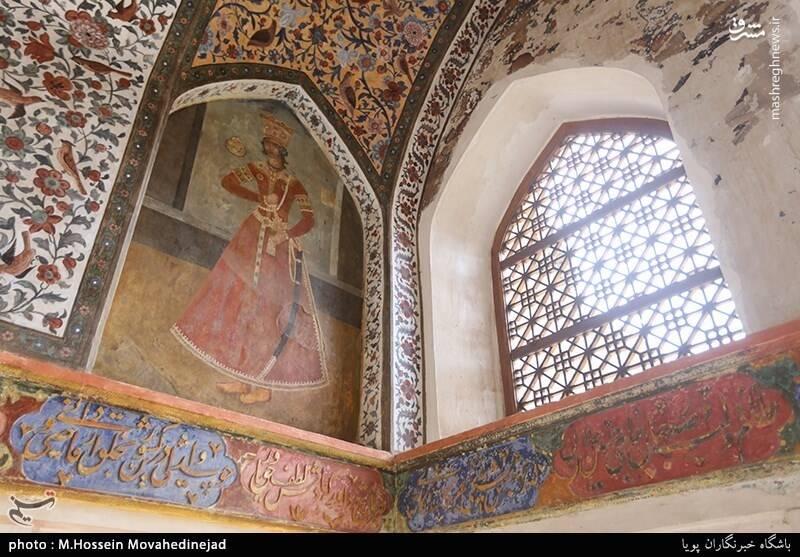 کوشک قاجاری با نقاشیهای زیبای سقفی و دیواری نیز در انتهای باغ و خارج از محور تقارن باغ واقع است.