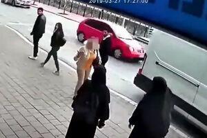فیلم/ رفتار وحشیانه با دو دختر مسلمان