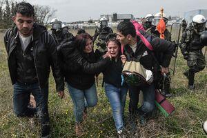 عکس/ درگیری پلیس یونان و پناهجویان در پی یک شایعه