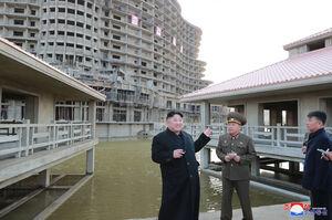 عکس/ بازدید رهبر کره شمالی از ساخت یک منطقه گردشگری