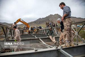عکس/ احداث پل اضطراری توسط سپاه در مناطق سیلزده
