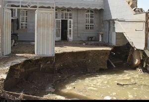 ریزش زمین مقابل ساختمان پس از سیل!