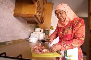 عکس/ رئیس جمهور سنگاپور درحال آشپزی